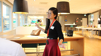 Yudi Wen is PhD Candidate at Department of Economics, University of Oslo. Here she is pitching to a group of fellow PhDs. (Foto: Astrid B Lund, Oslotech)