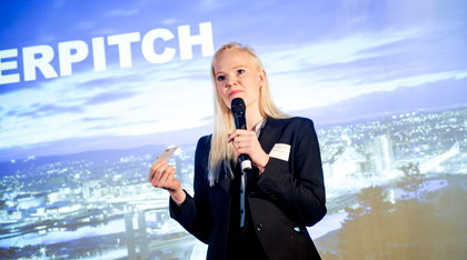 Her er selskapet Zwipe i ferd med å gjøre sin Powerpitch under Norwegian Investment Forum 2015, (FOTO: Gorm K. Gaare)